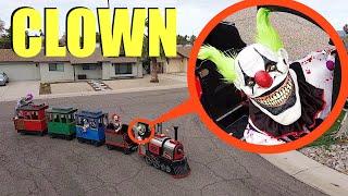 إذا رأيت مهرجًا في قطار الألعاب هذا خارج منزلك اركض سريعًا !! (طاردونا)