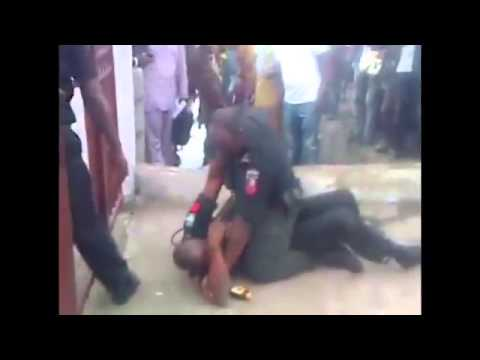Two nigerian plice caught fighting in lagos thumbnail