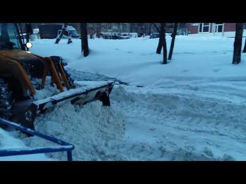 Уборка придомовой территории от снега на Щорса 28