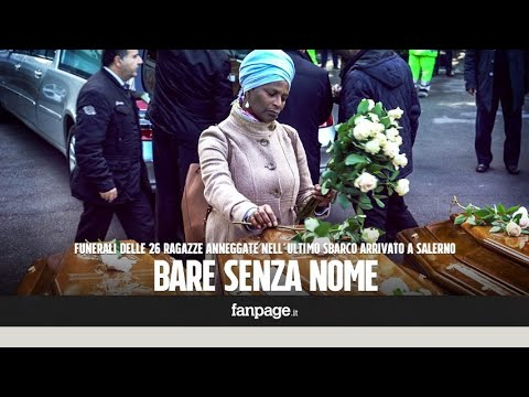 Migranti, ai funerali delle donne morte in mare una rosa bianca per ogni bara