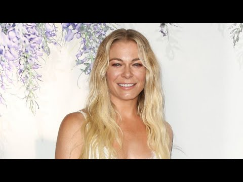 LeAnn Rimes is 'tired of hiding' her psoriasis, shows off skin in ...