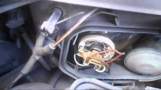 видео Mercedes-Benz S320 (W220) снимаем корпус бокового зеркала