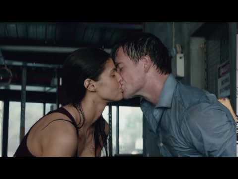San Andreas : Alexandra Daddario kissing Hugo Johnston