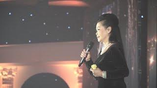 Khánh Ly hát