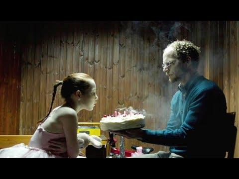 一部极其黑暗恐怖的电影,小女孩遭遇不幸,看完压抑难受