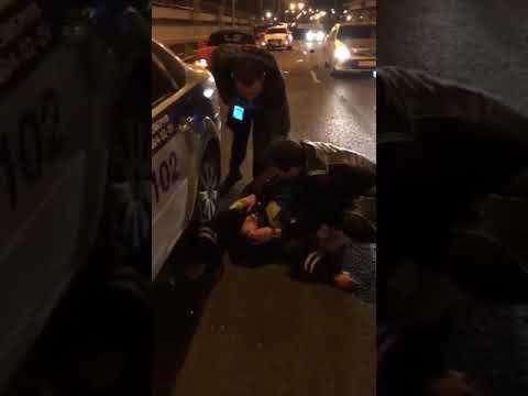В Москве лишенный прав таксист сбил сотрудника ДПС