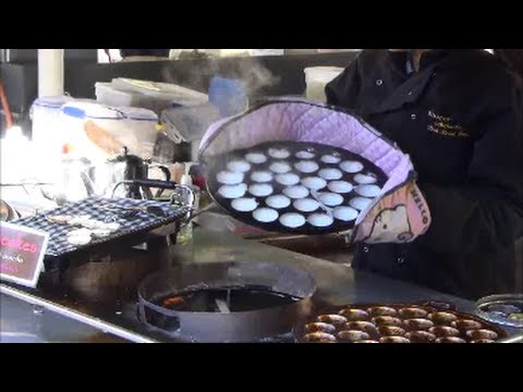 London Street Food. Thai Restaurant in Borough Market. Kanom Krok Yummy Coconut Pancakes