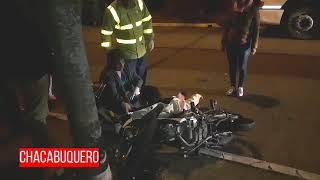 Moto chocó con un auto y un árbol