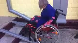Завести до класу школяра не змогла мама з інвалідністю