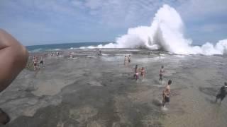 Impresionante: Ola gigante arrastra a todos en una playa