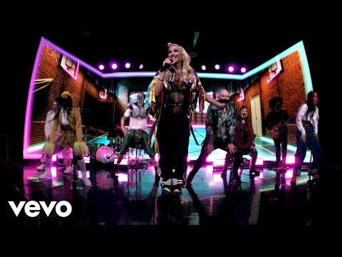 Gwen Stefani – Slow Clap (Live From Late Night Show with Seth Meyers/2021)