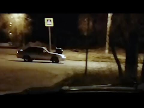 В Волгограде водитель авто с пассажиром на капоте устроил ДТП на перекрестке