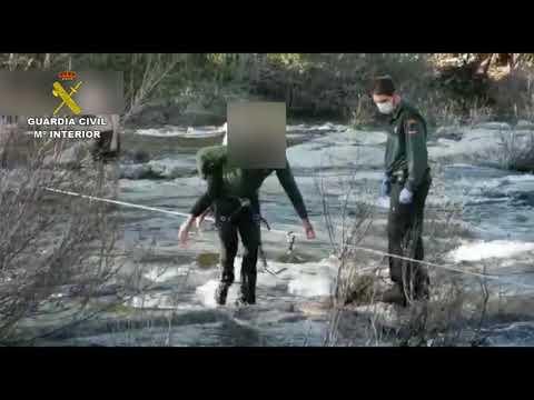 Rescate por la Guardia Civil en El Barco de Ávila de unos niños atrapados por la crecida del Tormes