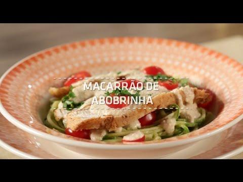 Macarrão de abobrinha com frango e tomate