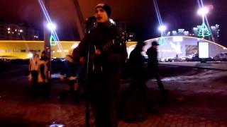 """Парень исполняет под гитару песню Linkin Park """"In the End""""."""