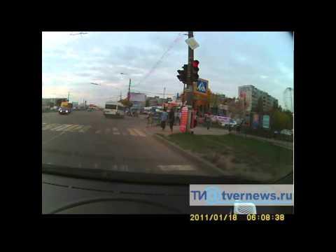 В Твери маршрутка проехала на запрещающий сигнал светофора и совершила ДТП