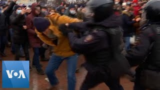 Pro Navalny Protesters Clash With Police in Moscow