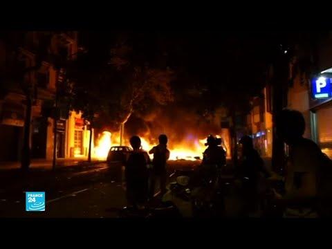 متظاهرون يقيمون حواجز ويشعلون سيارات مركونة في شوارع برشلونة  - نشر قبل 3 ساعة