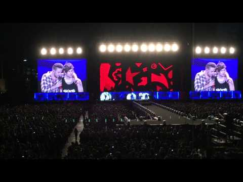 One Direction Minneapolis - Liam reading a sign