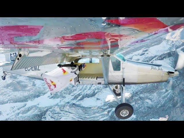 Hazaña: dos 'hombres pájaro' se meten en una avioneta en pleno vuelo