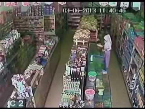 Cewek SMA Berjilbab Mencuri Di Minimarket Terekam CCTV