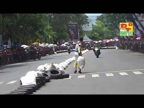 Download Youtube: Bondowoso Road Race Diwarnai Aksi Senggol dan Lempar Karung
