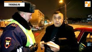 В Твери таксист оправдывался перед гаишниками за то, что мчался по обочине