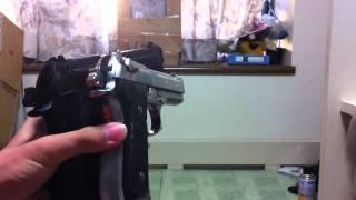 M92Fの2丁拳銃です 黒い方のマガジンキャッチを左利き用にしています。 ...