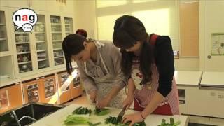 長崎高菜を刻む友香里ちゃんと真悠子ちゃん。 真悠子ちゃんが刻んでいる...