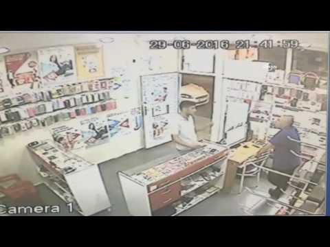 Telefonunu Dükkan Sahibinin Gözleri önünde çalarak Kaçtı