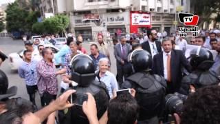 «عزب» تخترق الحاجز الأمني لمصافحة «منى مينا» بعد منعها من دخول «الاعتصام»