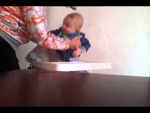 Как оказать первую помощь давящемуся малышу