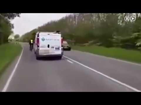 Un repartidor británico embiste adrede a un ciclista con su furgoneta