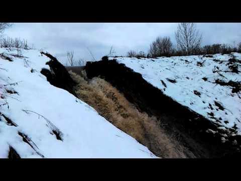 Срыв плотины пруда