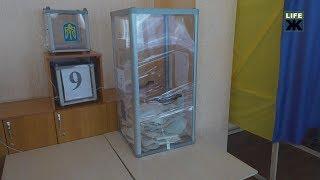 У Житомирі іноземний спостерігач зафіксував пошкодження виборчої скриньки