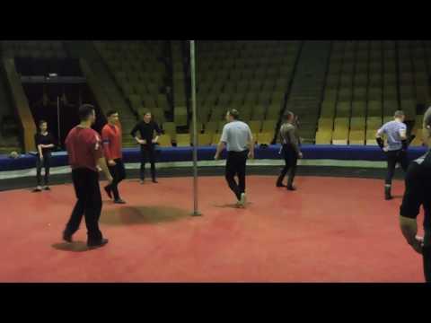 Видео: Акробаты на мачте шоу Гиппопотамус в Кирове