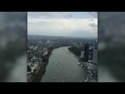 Australian Air Force Globemaster cruises low through Brisbane, startling onlookers