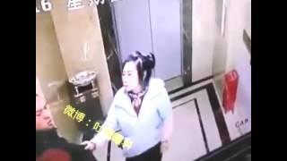 網曝躁男踢爛升降機門墮槽 被斥「不作死就不會死」 thumbnail