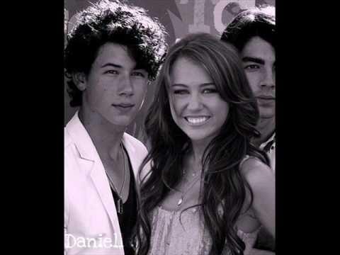 Miley Cyrus And Nick Jonas Dating   AGAIN