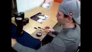 Brendan Gallagher signe des rondelles mystère / signs mystery pucks!