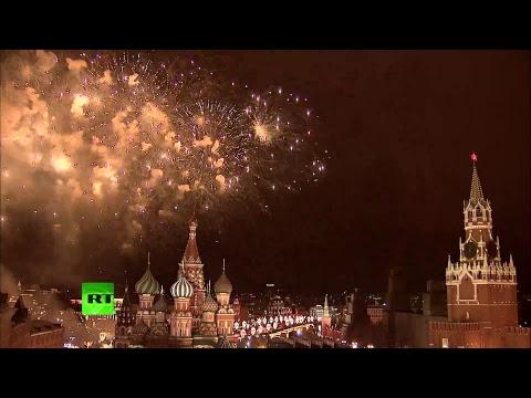 Москва встречает Новый год красочным салютом — LIVE