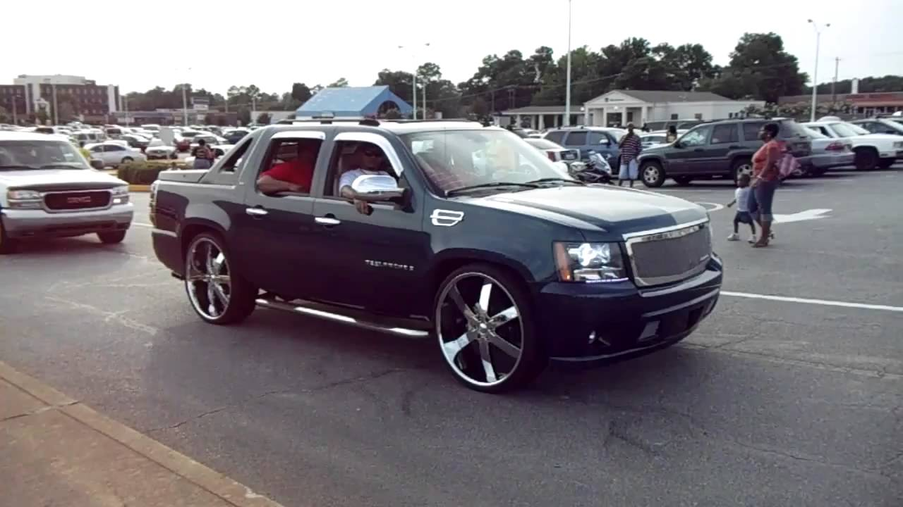 Cadillac Dts On 22 Quot Lexani S And Chevrolet Avalanche On 28