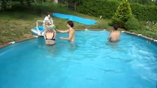 Terka s Ráďou v bazénu 6 7 12