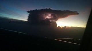 Bela cumulonimbus com descargas elétricas vista de um avião na Índia