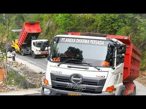 Asphalt Paver Sumitomo HA60C Dump Truck Working Uphill