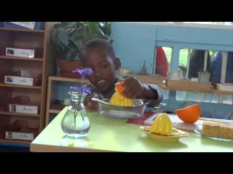 Abdou presse une orange