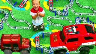 Машинки для детей   Кирилл собирает трассу и устраивает гонки