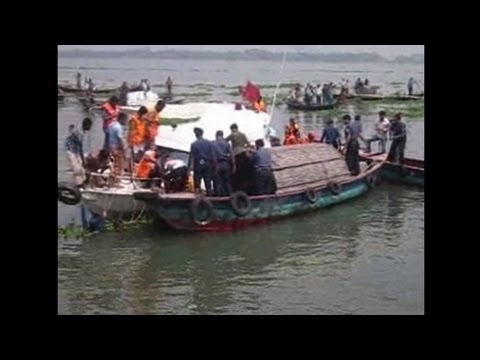 Bangladesh ferry sinks: over 30 dead, many missing
