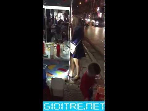 Em sinh viên Hà Nội xuống phố không mặc quần chíp lòi khe hở đen bị thanh niên phát giác