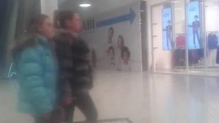 Прикол!девочка упала с 2 этажа в торговом центре.угар смотреть до конца!